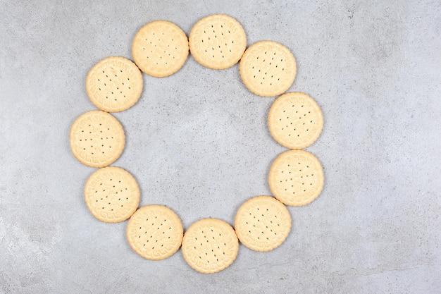 Ring der knusprigen kekse auf marmorhintergrund. hochwertiges foto