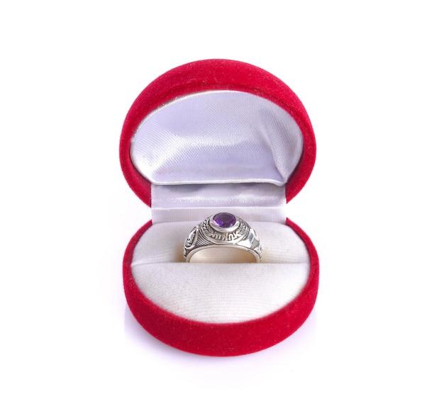 Ring in der roten box auf einer weißen oberfläche