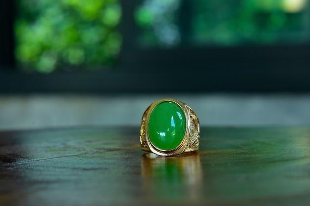 Ring ist eine schöne dunkelgrüne jade es ist ein teurer und sehr beliebter schmuck
