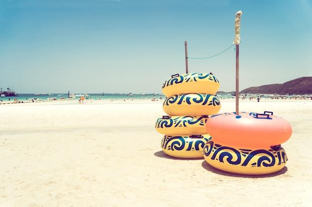 Ring leben auf sand am tropischen strand - sommer strand urlaub hintergrund. vintager farbton