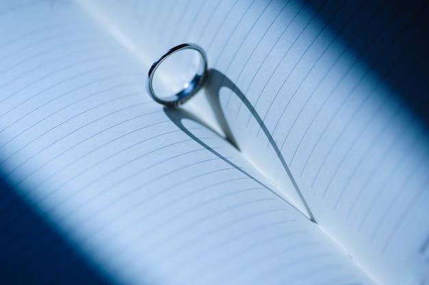 Ring mit einem herzförmigen schatten
