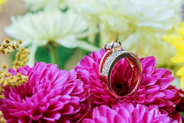 Ringe rosa dahlien lieben valentinstag getönte und erweichte diamantenhochzeit