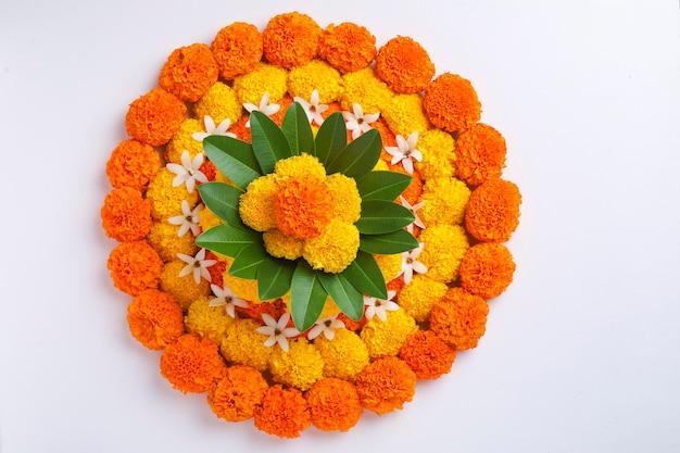 Ringelblume blumen rangoli design für diwali festival, indian festival blumendekoration