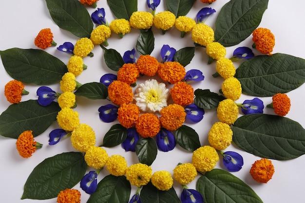 Ringelblumen-blume rangoli entwurf für diwali festival, indische festivalblumendekoration