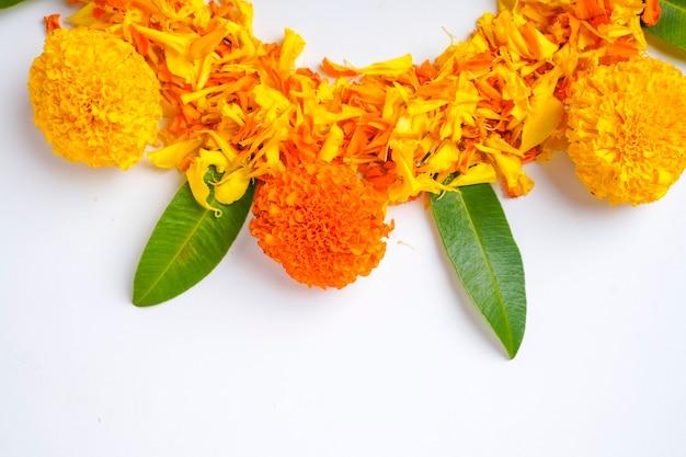 Ringelblumenblüten-rangoli für das diwali-festival