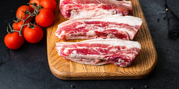 Rippt rohes schweinefleisch auf dem knochen und schmalzfett gegrilltes fleischgrillkochsnack bereit zu essen