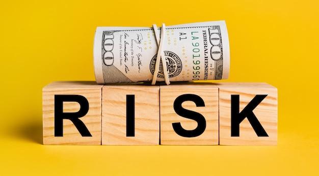 Risiko mit geld auf einem gelben feld