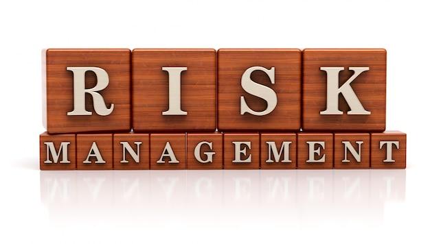 Risikomanagement auf holzwürfel geschrieben