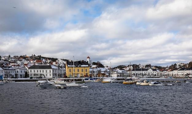 Risor, norwegen - 16. märz 2018: die stadt und der hafen von risor, eine kleine stadt im südlichen teil von norwegen