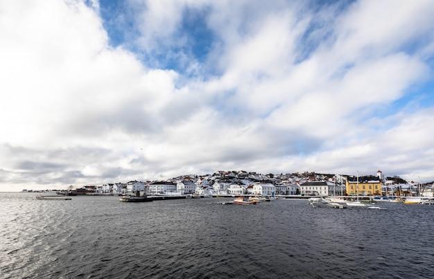 Risor, norwegen - 16. märz 2018: die stadt und der hafen von risor, norwegen