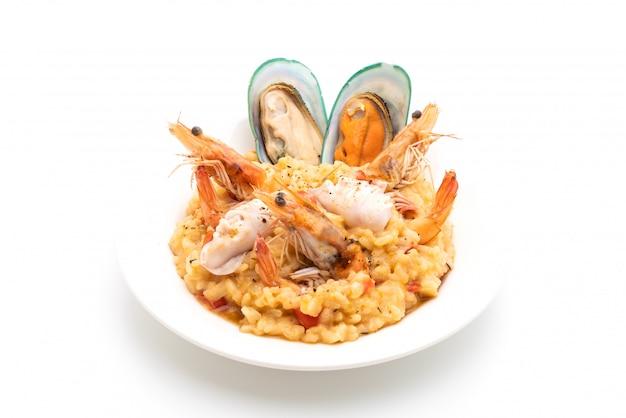 Risotto mit meeresfrüchten (garnelen, muscheln, tintenfisch, muscheln) und tomaten