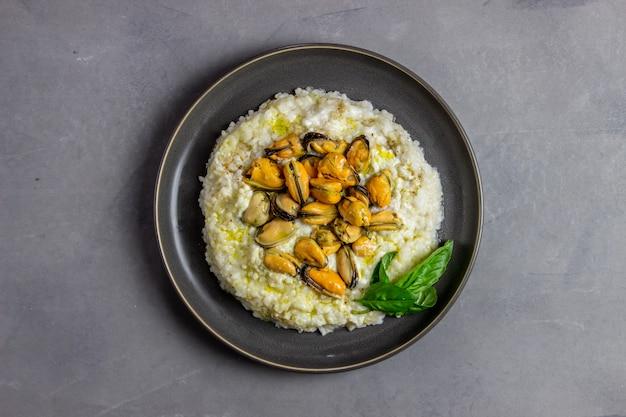 Risotto mit muscheln. italienische küche. richtige ernährung. vegetarisches essen.