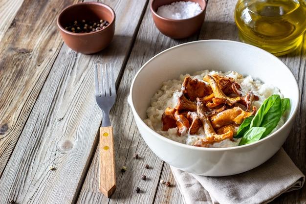 Risotto mit pilzen. italienische küche. richtige ernährung. vegetarisches essen.