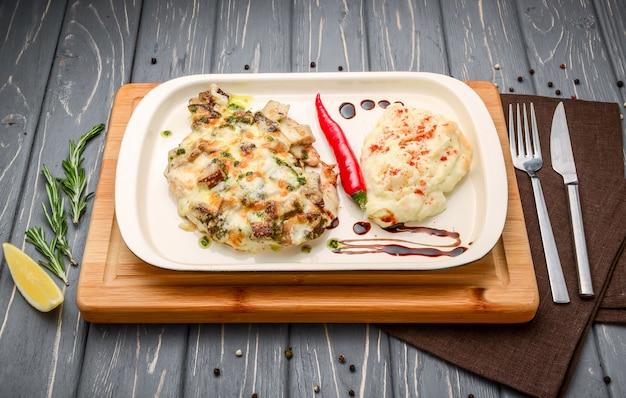 Risotto mit pilzen. serviert mit parmesan-chip und frühlingszwiebeln