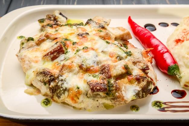 Risotto mit pilzen. serviert mit parmesan und frühlingszwiebeln