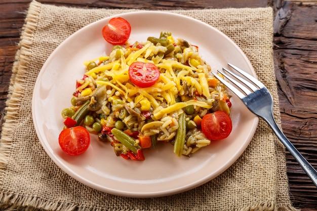 Risotto mit pilzen und käse in einem teller auf einer leinenserviette. horizontales foto