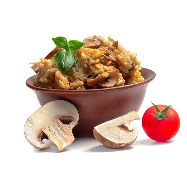 Risotto mit pilzen und tomaten auf einem weißen