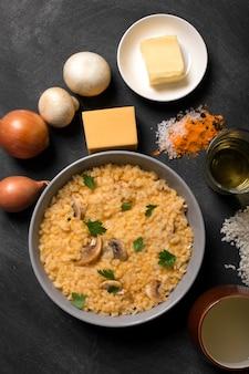 Risotto mit pilzgewürzen und parmesankäseparmesankäse