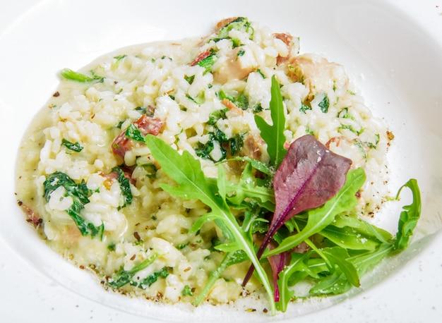 Risotto mit räucherfleisch, spinat, parmesan