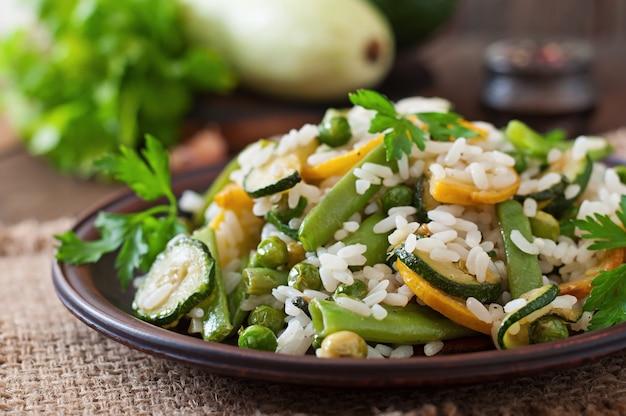 Risotto mit spargelbohnen, zucchini und erbsen