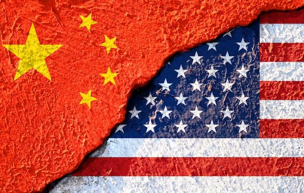 Riss der usa-flagge und der china-flagge