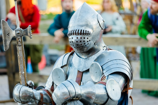 Ritter in mittelalterlicher rüstung beim turnier. foto in hoher qualität
