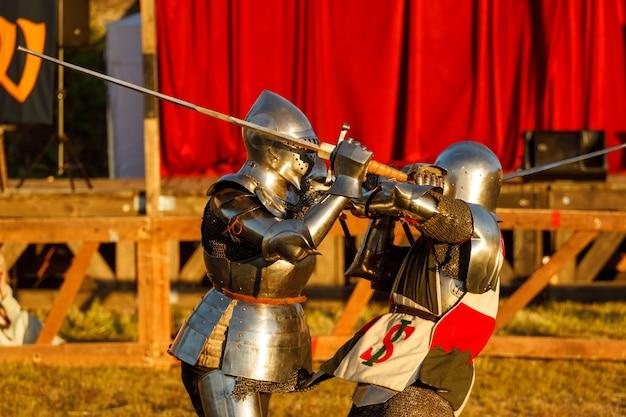Ritter in mittelalterlicher rüstung kämpfen beim turnier im sommer. foto in hoher qualität