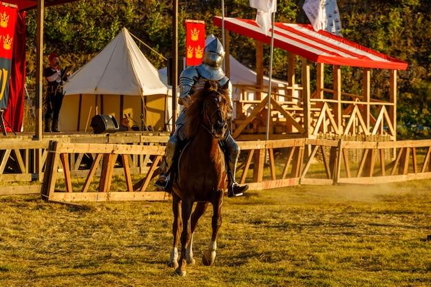 Ritter in mittelalterlicher rüstung zu pferd. foto in hoher qualität