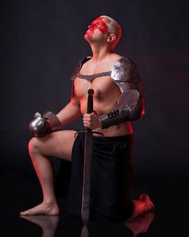 Ritter mit schwert auf dunkelrotem grund