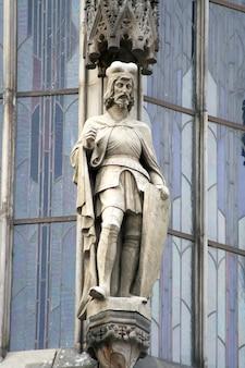 Ritterfigur auf dem zentralen turm in der stadt prag