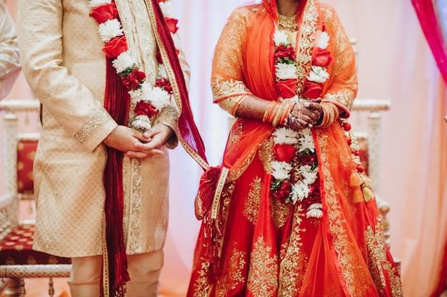 Ritual mit kokosnuss verlässt während der traditionellen hinduistischen hochzeitszeremonie