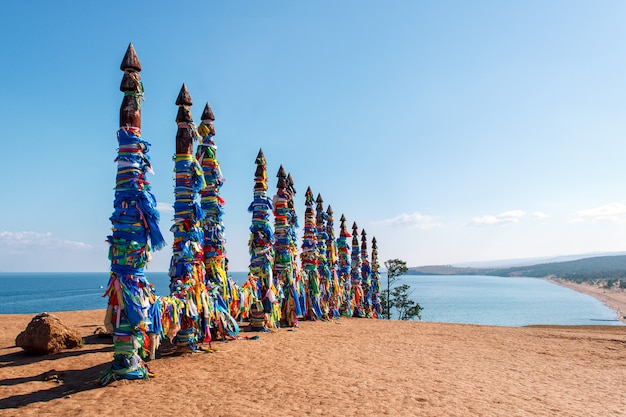 Ritual-shaman-säulen auf der insel olkhon