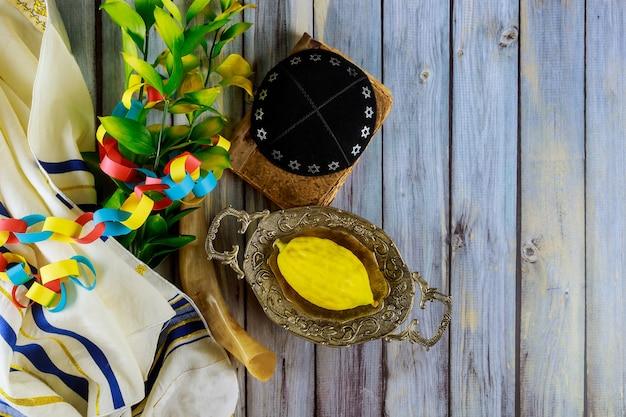 Rituelles jüdisches fest von sukkot im jüdischen religiösen symbol etrog, lulav kippah und tallit