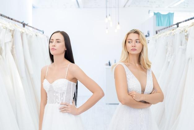 Rivalisierende bräute im hochzeitskleidungsgeschäft