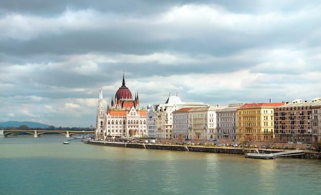 Riversade panorama von zentral-budapest mit parlamentsgebäude