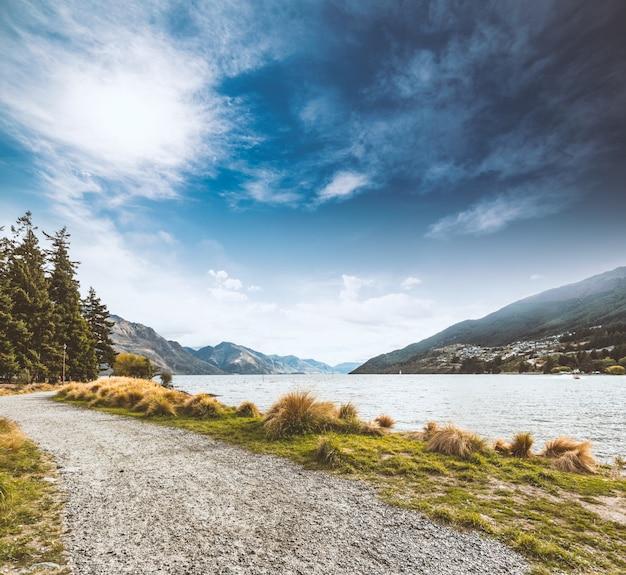 Road auf der seite des flusses