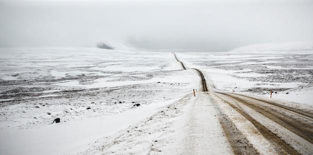 Road trip sekundär mit schnee ohne jemanden