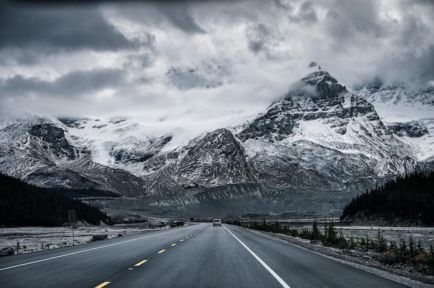 Roadtrip mit schneebedeckten rocky mountains in düsterem icefields parkway, kanada