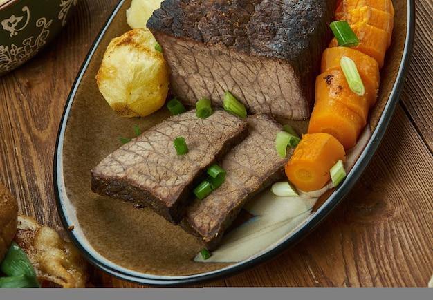 Roastbeef bratkartoffeln und soße, englische küche, großbritannien traditionelle verschiedene gerichte, ansicht von oben.