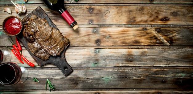 Roastbeefsteak mit rotwein aus holz.