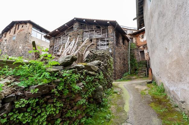 Robledillo de gata spanien 27. märz 2021ein altes verlassenes schieferhaus und die wände mit holz geschlossen