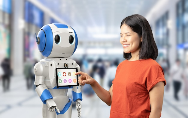 Roboter-assistentenkonzept mit asiatischer frau und 3d-rendering-roboter mit digitalem tablet