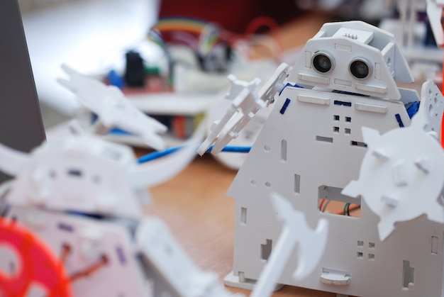 Roboter boteon auf dem tisch. kampf der roboter.