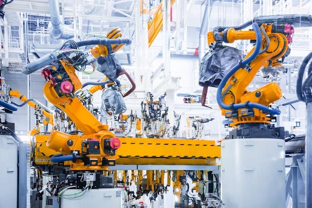 Roboterarme in einer autofabrik