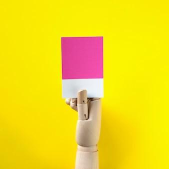 Roboterhand, die ein leeres papier hält
