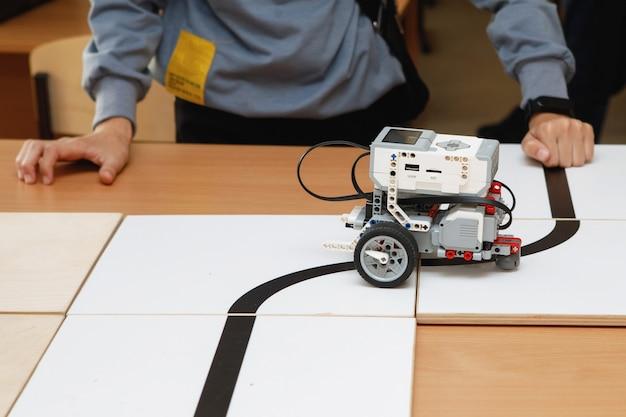 Roboterkonstrukteure aus blöcken auf rädern