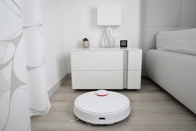 Roboterstaubsauger führt automatische reinigung durch
