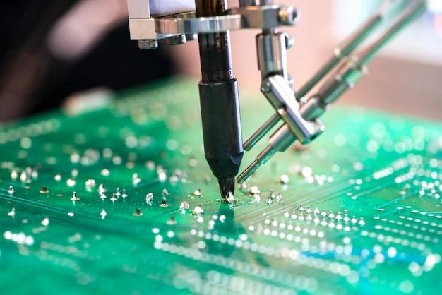 Robotersystem zur automatischen überprüfung von leiterplatten