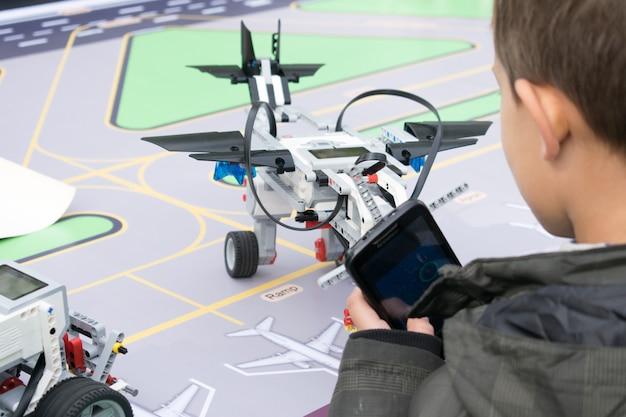 Robotikunterricht. jungen und mädchen konstruieren und programmieren code