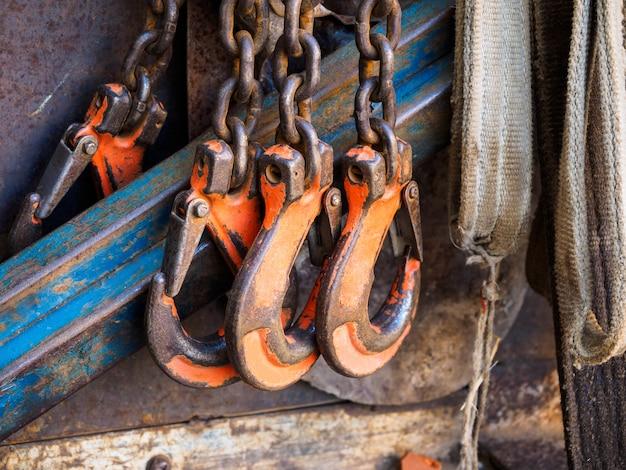 Robuste konstruktionshaken an der kette. die haken verriegeln haken für schwere lasten.